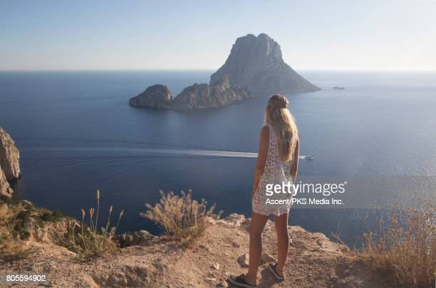 young woman discovers coastal landscape, from above - mb media stock pictures, royalty-free photos & images