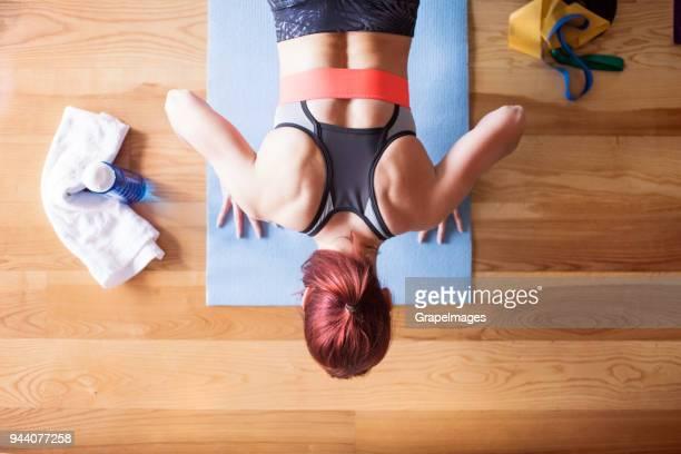 young woman doing exercise at home. - treinar imagens e fotografias de stock