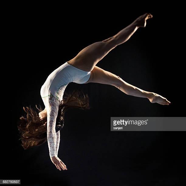 Jeune femme faisant la gymnastique jump