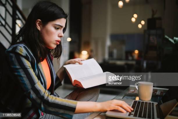 jonge vrouw doet haar studies in het centrum van Los Angeles appartement