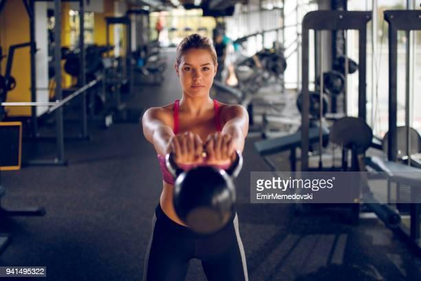 若い女性ケトルベルのジムで運動をして - 揺らす ストックフォトと画像