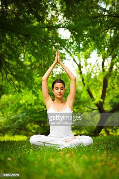 Jeune femme faisant de la méditation à l'extérieur