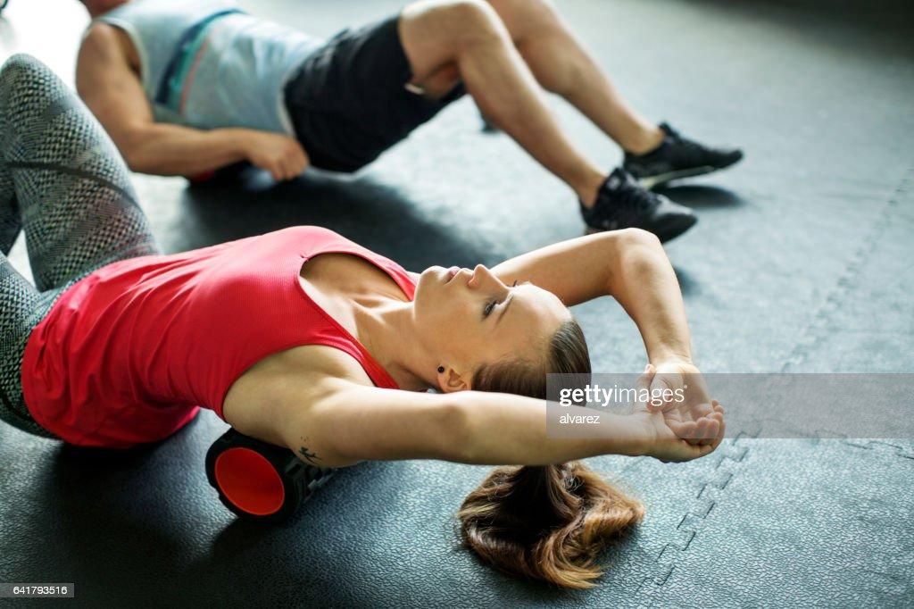 Junge Frau, die Pilates Übung im Fitnessstudio : Stock-Foto