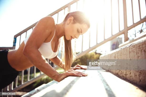 Jeune femme faisant des pompes