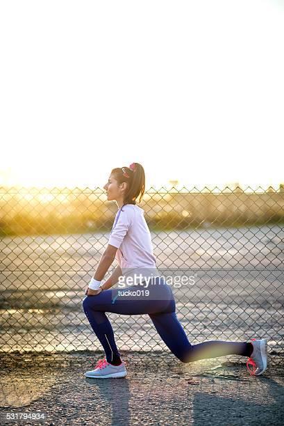 Giovane donna facendo esercizi di stretching