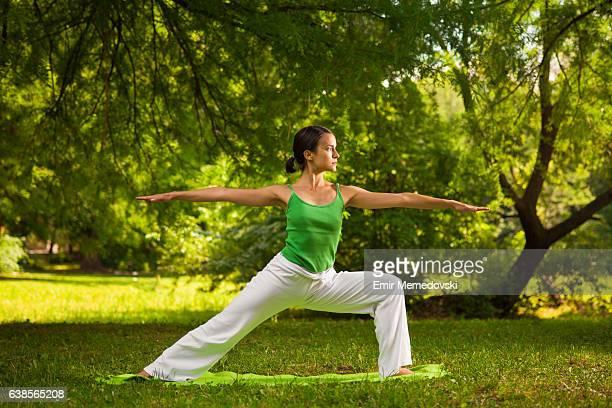 Jeune femme faisant yoga exercices en plein air