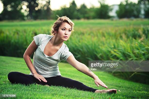 Jeune femme, faire du Yoga dans la Nature