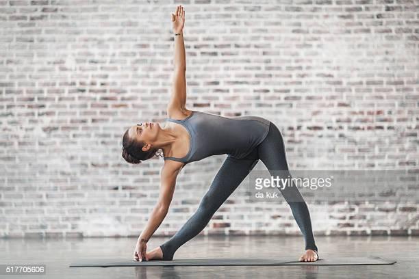 Junge Frau tun Yoga-Meditation und Stretching-Übungen