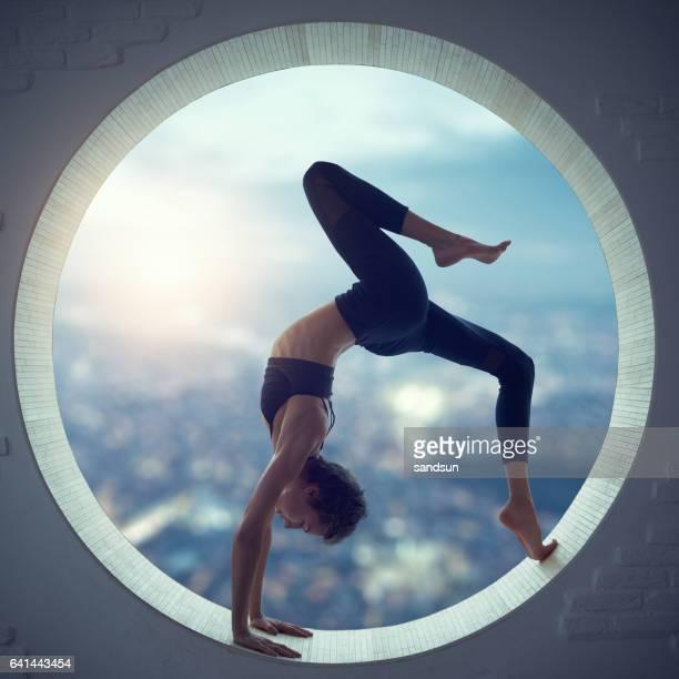 Jovem mulher fazendo yoga