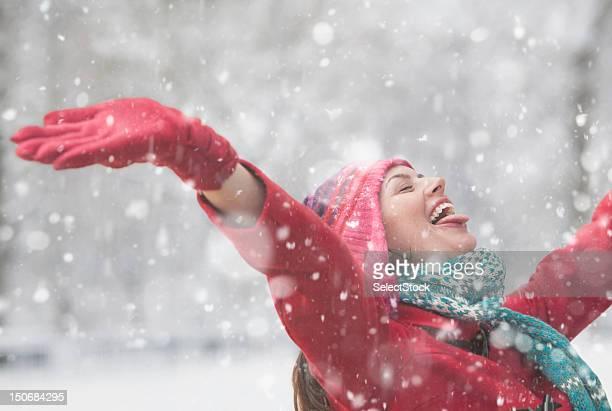 jovem mulher portas com os braços para cima - só uma mulher de idade mediana - fotografias e filmes do acervo