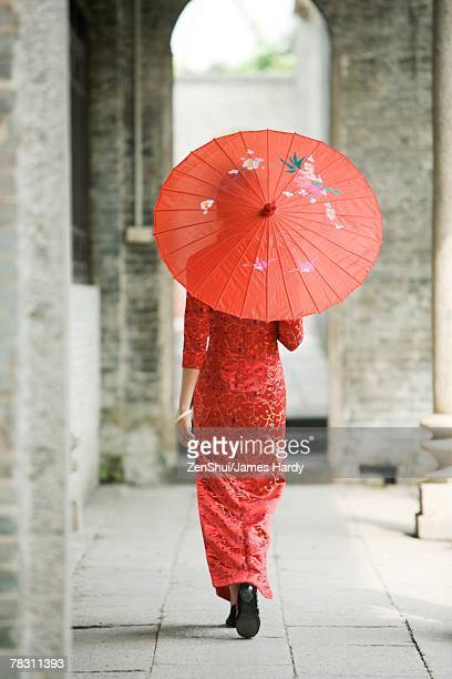 young woman dressed in traditional chinese clothing walking with parasol, rear view - tradição - fotografias e filmes do acervo