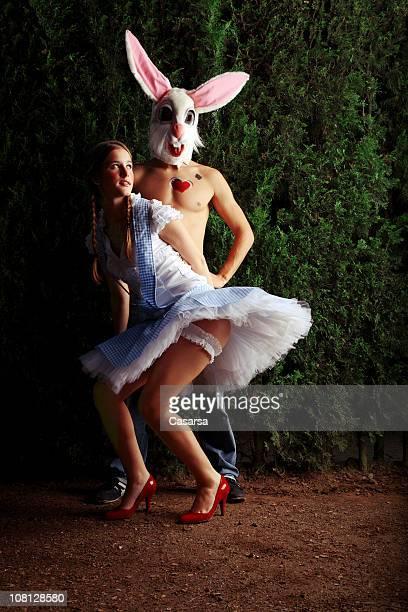 Giovane donna elegante vicino di uomo In Costume da coniglietto
