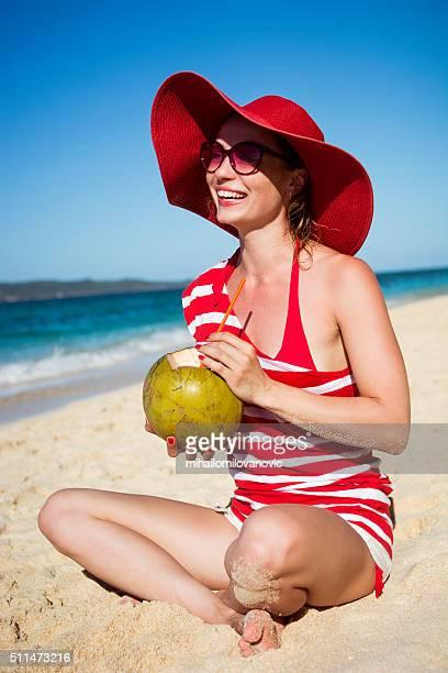 Junge Frau trinken Kokosnuss Wasser