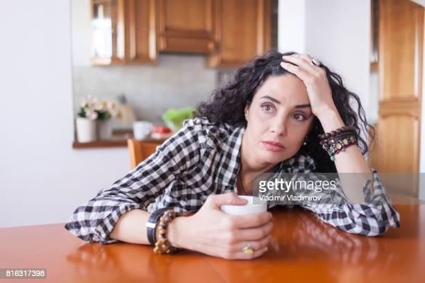 Mujer joven bebiendo café en casa