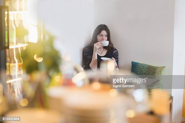 young woman drinking coffee in coffee shop, freiburg im breisgau, baden-württemberg, germany - sigrid gombert fotografías e imágenes de stock