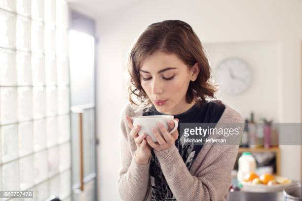 young woman drinking coffee - warme dranken stockfoto's en -beelden
