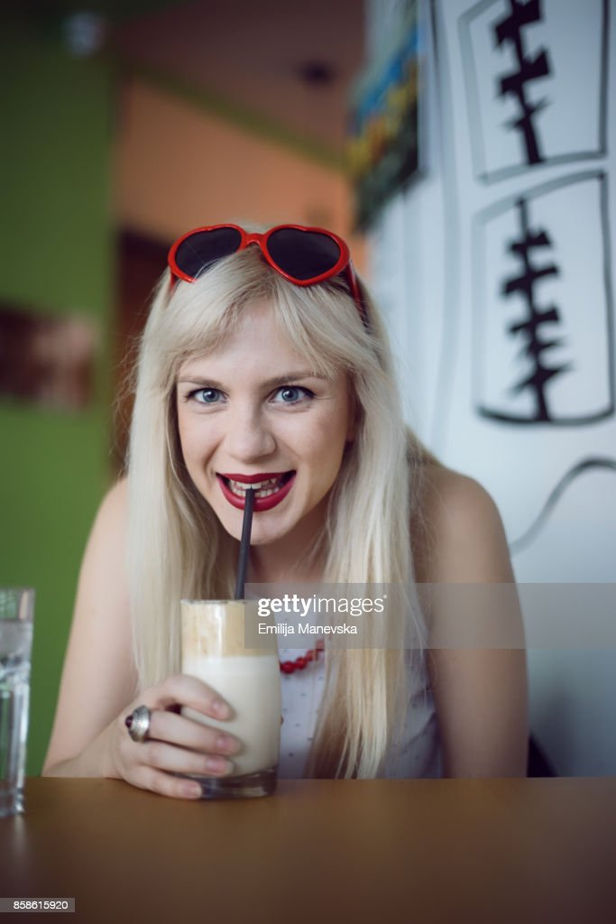 Young woman drinking coffee : Stock-Foto