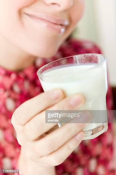 Jovem mulher beber leite