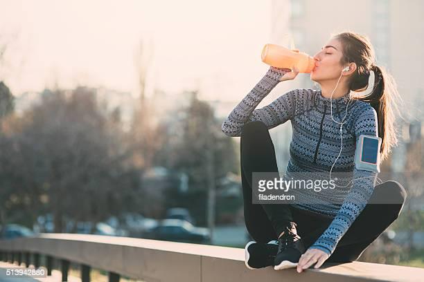 Joven mujer agua potable
