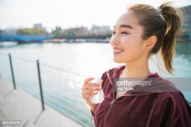 若い女性の飲料水  - 息抜き ストックフォトと画像