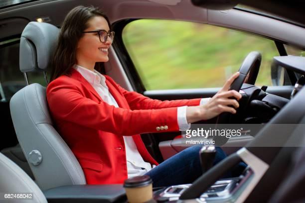 Jeune femme conduire une voiture