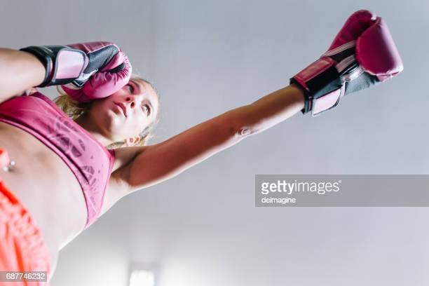 mulher nova durante o exercício do encaixotamento - boxe feminino - fotografias e filmes do acervo