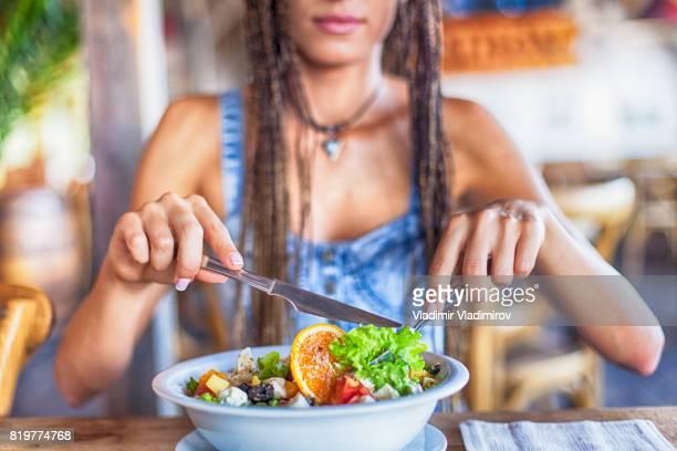 Jeune femme manger salade pour le déjeuner