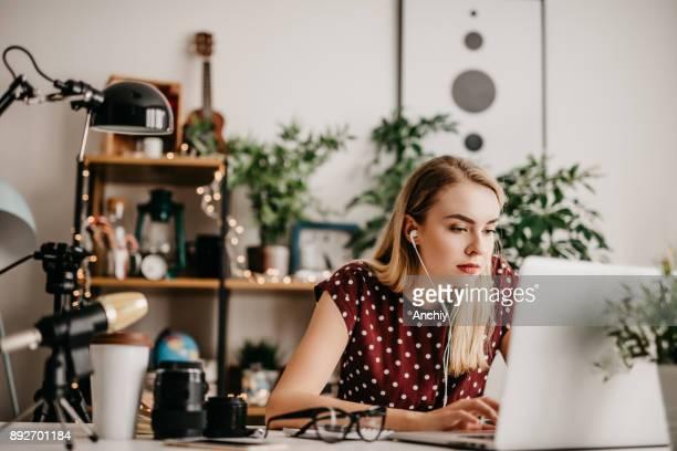 jonge vrouw haar vodcast bewerken - beeldmanipulatie stockfoto's en -beelden