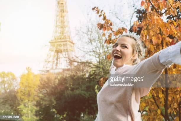 Junge Frau umarmt Stadt, Paris