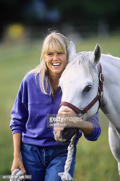 young woman embracing horse, smiling - コロラド州 ニューキャッスル ストックフォトと画像