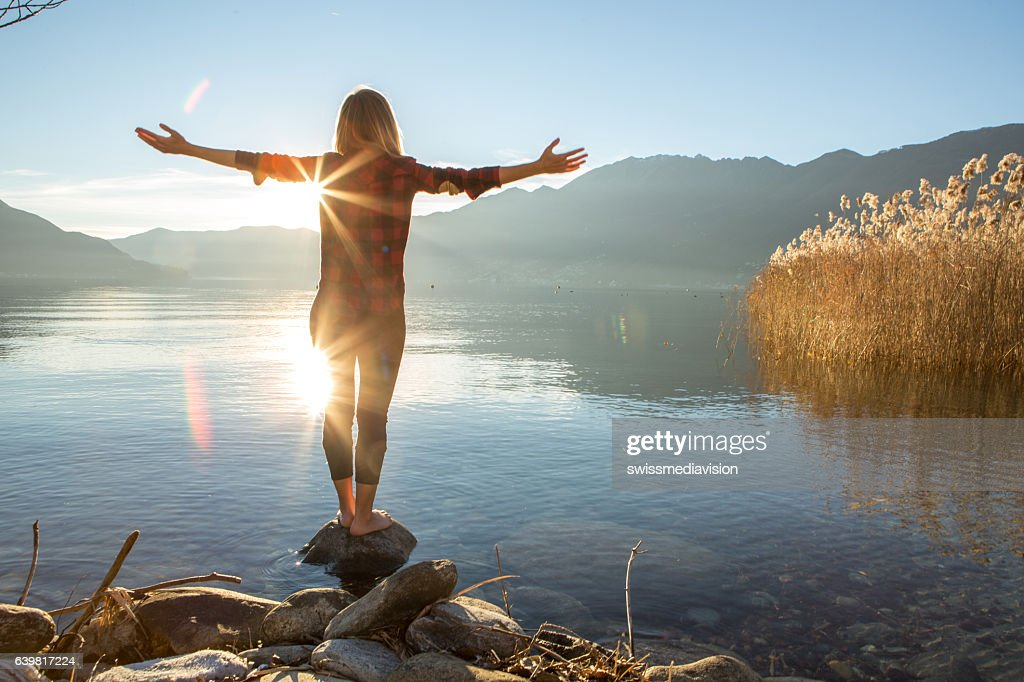 Young woman embracing nature, mountain lake : Stock-Foto