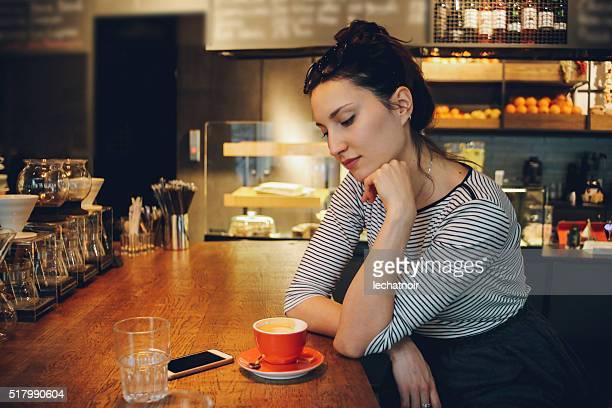 Junge Frau genießen eine Kaffeepause