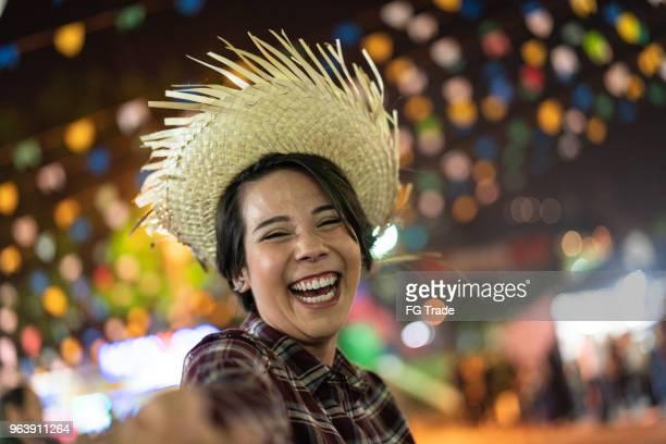 jovem, desfrutando de um grande momento na famosa festa junina brasileira (festa junina) - estilo caipira - tradição - fotografias e filmes do acervo