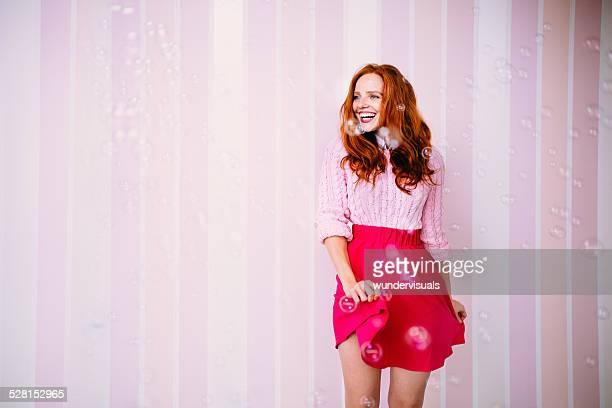 Jeune femme appréciant les bulles à sa