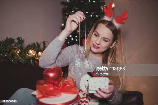 Jeune femme profitant de Noël et l'ouverture des cadeaux