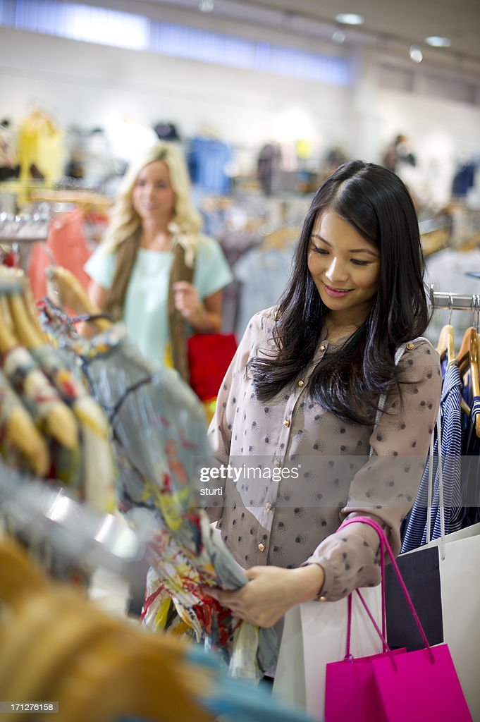 Young woman enjoying clothes shopping : Stockfoto