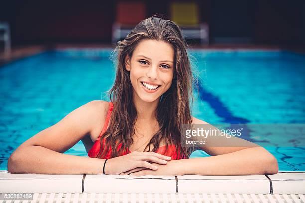 Junge Frau, die In einem Swimmingpool