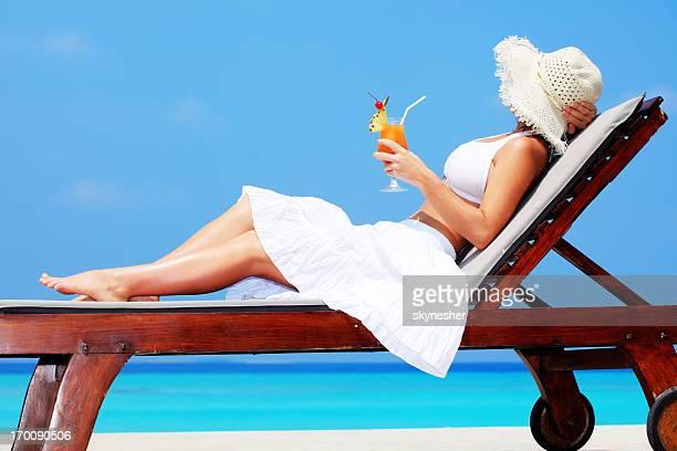 Mujer joven disfruta de un cóctel.