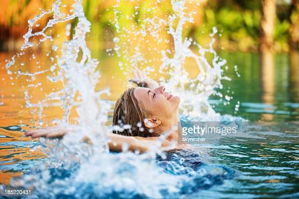 Jeune femme appréciant dans l'eau.