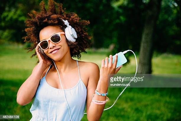 Jeune femme appréciant la musique sur le casque
