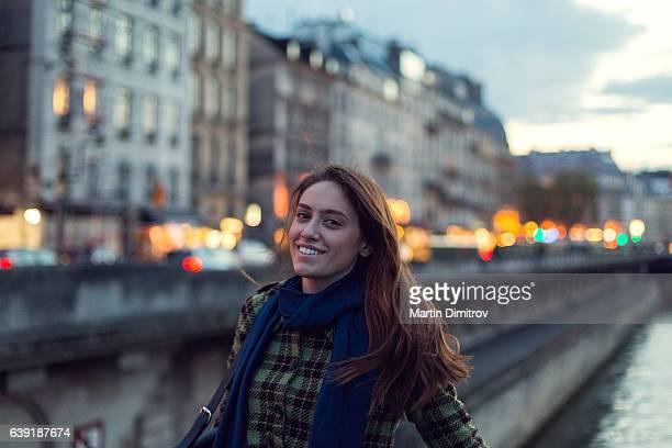 Jeune femme profitant de Paris