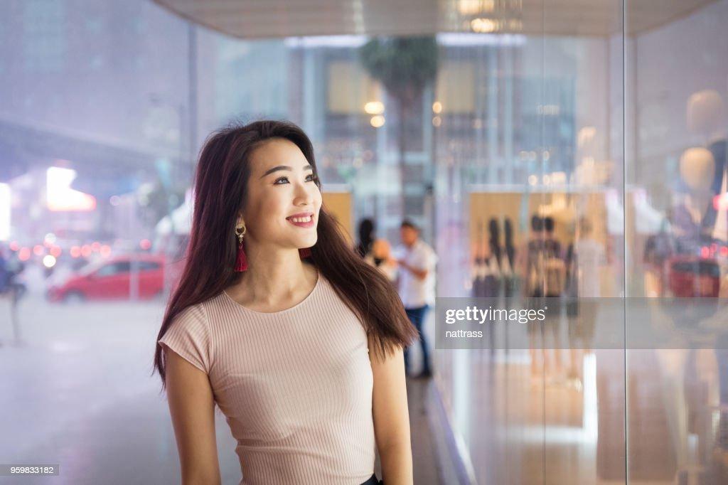 Junge Frau, die genießen, Einkaufen : Stock-Foto