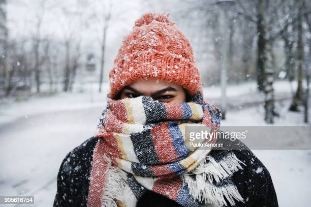 a young woman enjoying snowfall in amsterdam - kälte stock-fotos und bilder