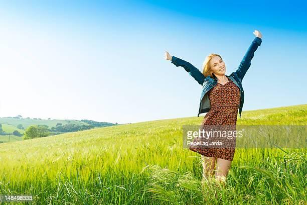 Junge Frau Genießen Sie den Frühling
