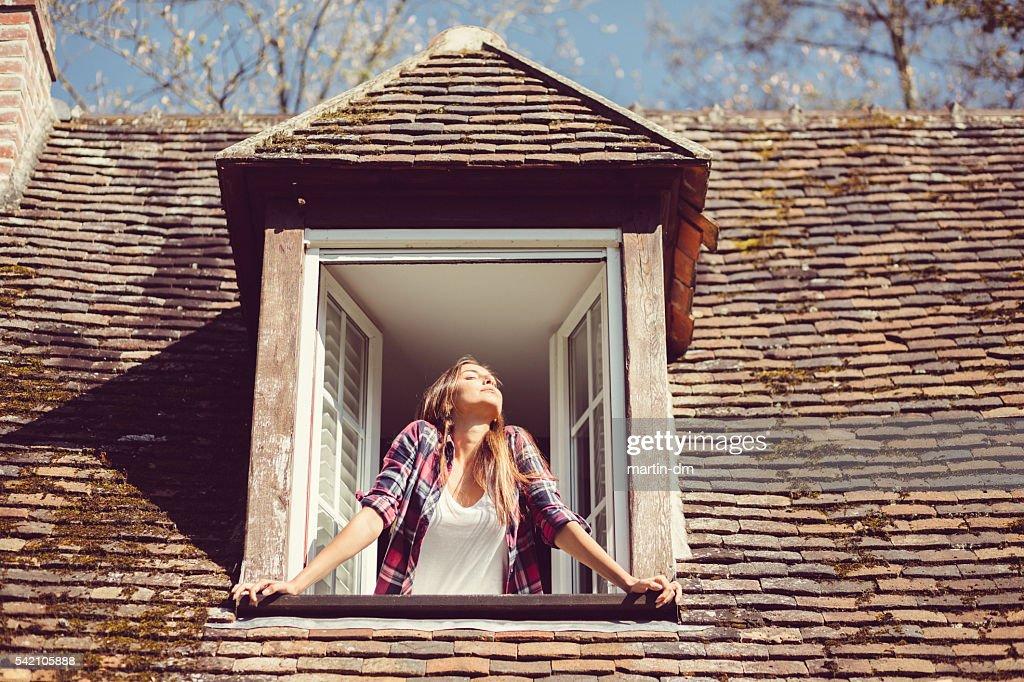 Junge Frau Sie die Sonnenaufgang : Stock-Foto