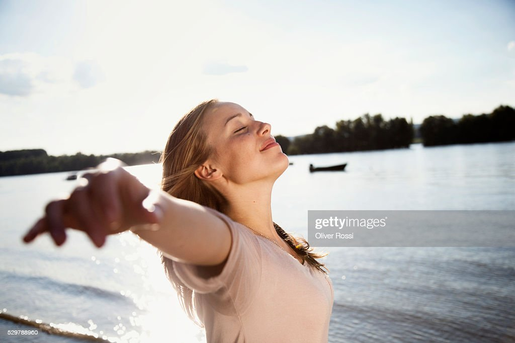 Young woman enjoying the sunshine : Stock-Foto