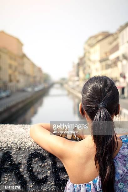 giovane donna godersi la vista - navigli milano foto e immagini stock