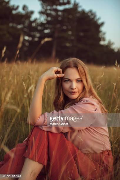 young woman enjoying time in nature - beauté de la nature photos et images de collection