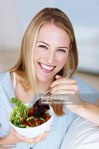 Junge Frau, die Gemüse-Salat
