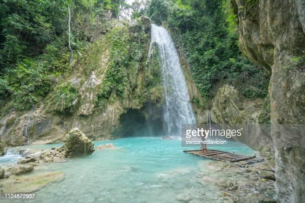 junge frau genießt freiheit in der natur umfasst lebensarme weit offen - cebu stock-fotos und bilder